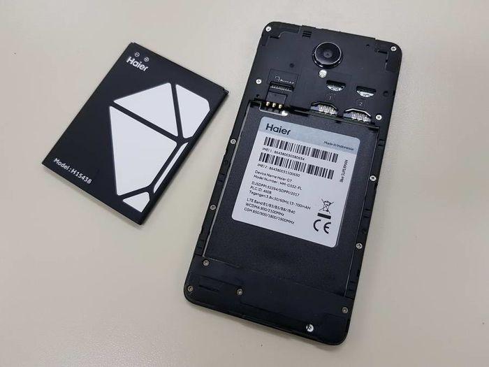 Haier G7 mengusung desain lawas yakni cover belakang bisa dibuka guna mengakses kartu micro-SIM, kartu micro-SD, dan baterai.