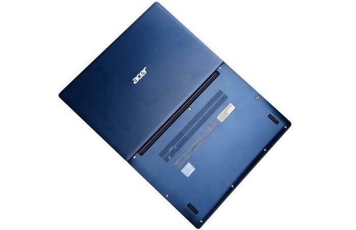 Tidak seperti notebook convertible alias 2 in 1dengan engsel yang bisa ditekuk sampai 360 derajat, Acer Swift 3 ini engselnya bisa ditekuk hanya sampai 180 derajat.