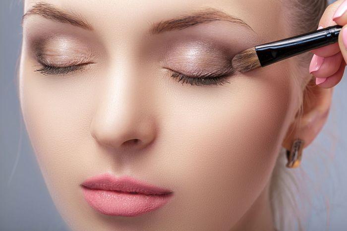 memakai eyeshadow