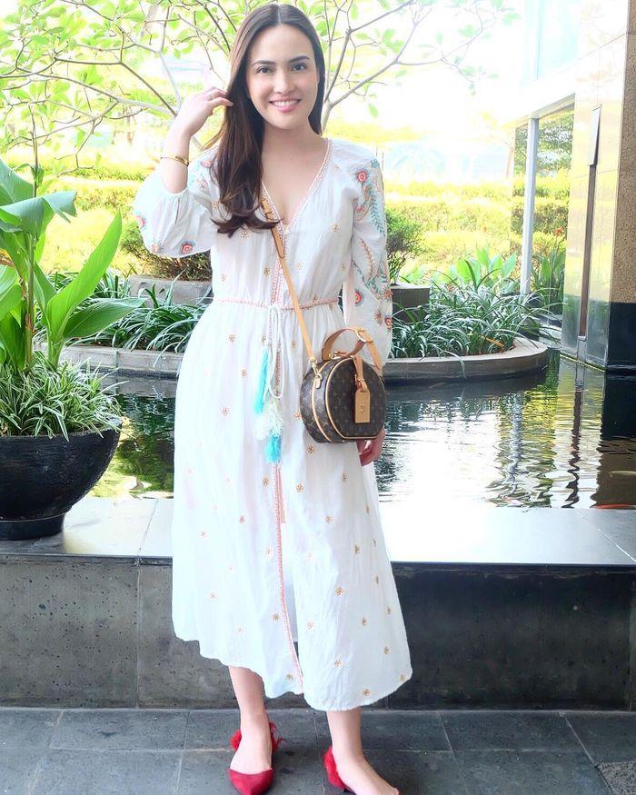 Shandy Aulia kenakakan A-line dress
