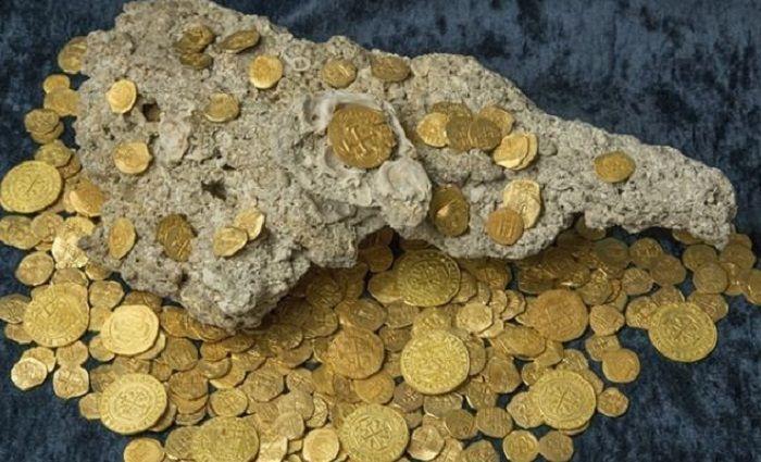 Kepingan emas yang ditemukan.