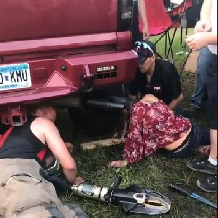 Kepala Kaitlyn (berbaju merah) saat tersangkut di knalpot truk
