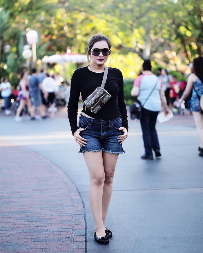 Ashanty tampil simply chic dengan kaus hitam ketat berwarna hitam 6722a9871d
