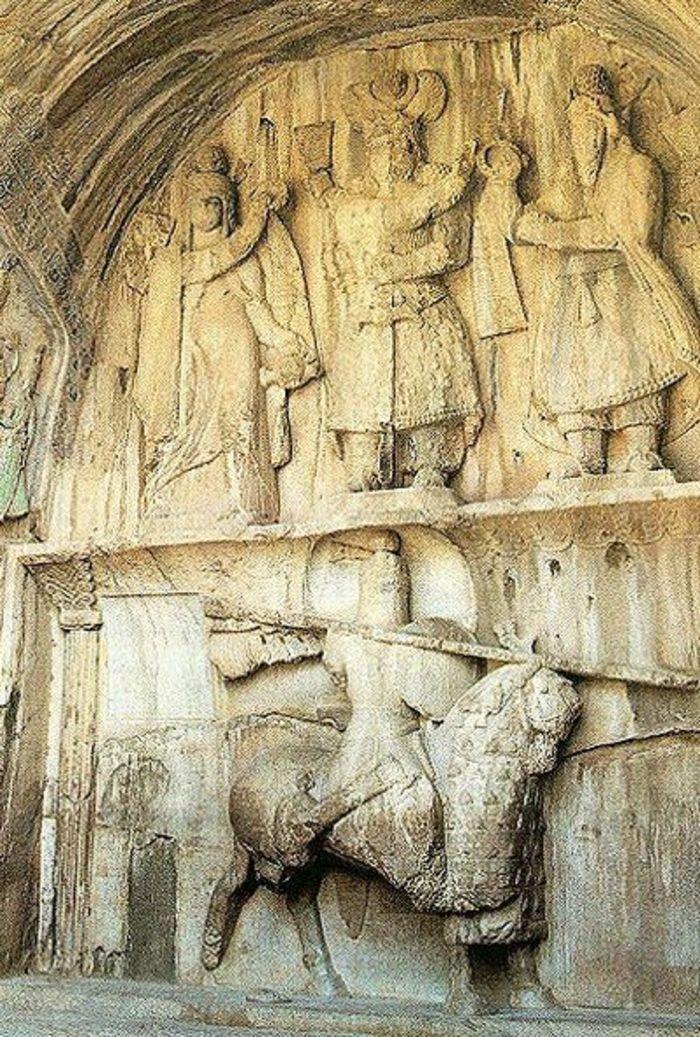 Relief pada Taq-e Bostan (Provinsi Kermanshah di Iran) dari era Kekaisaran Sassania.