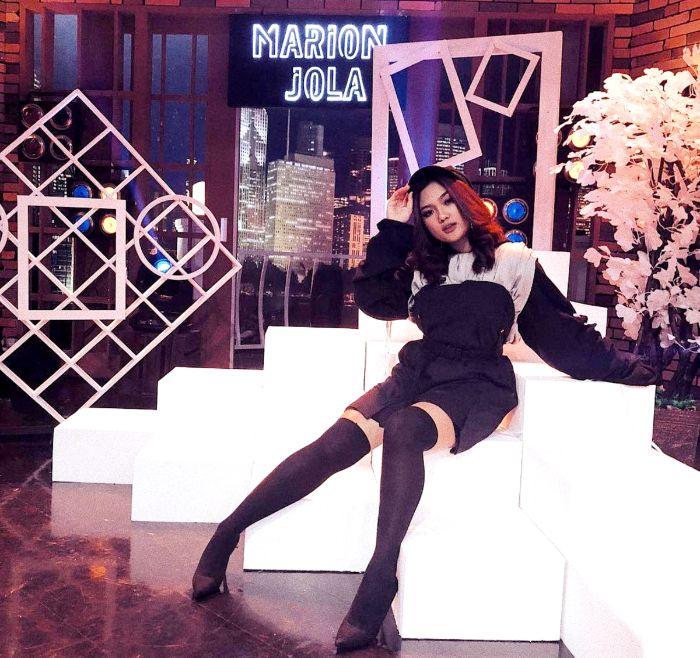 Marion Jola memang sering terlihat dengan makeup bold