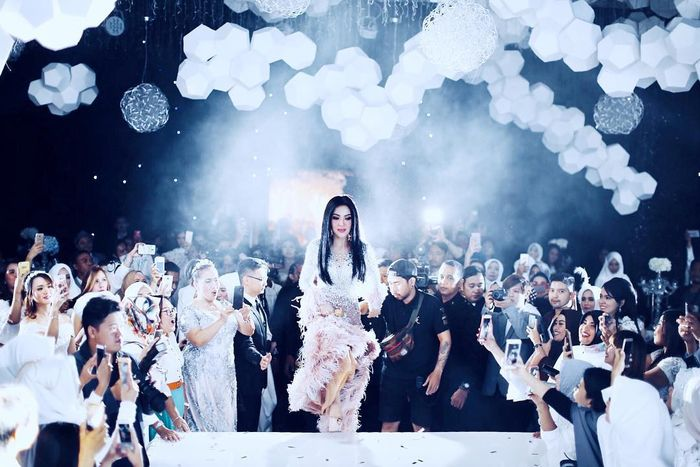 Momen saat Syahrini show di Surabaya