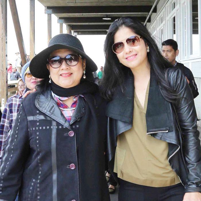 Ani Yudhoyono dan Annisa Pohan tampil kompak dengan outfit bernuansa hitam