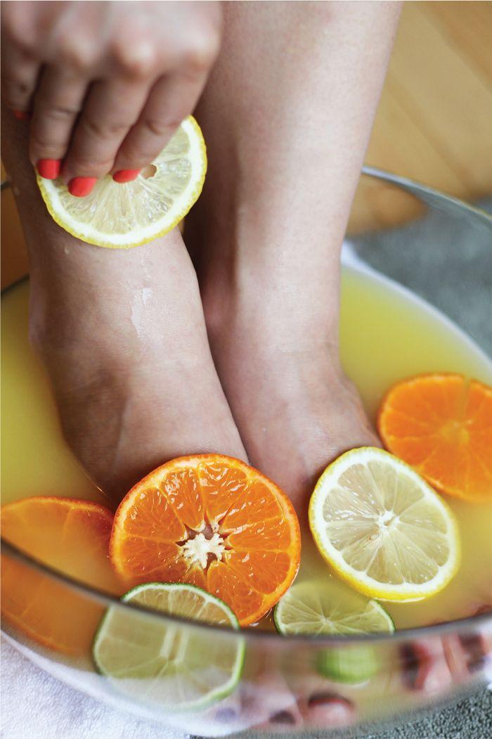 merendam kaki dengan jeruk dan lemon