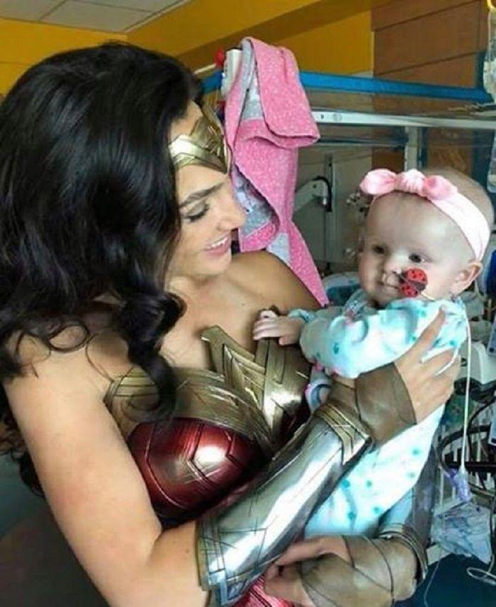 Gal Gadot ketika mengunjungi Inova Children Hospital