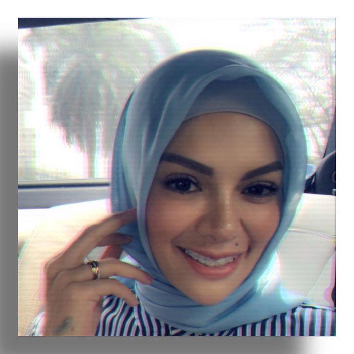 Nikita Mirzani terlihat cantik dalam balutan hijab.