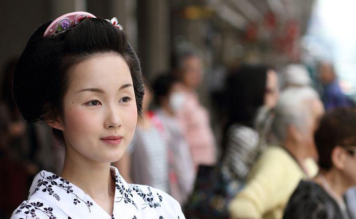 Geisha dewasa diperbolehkan tidak memakai cat wajah putih