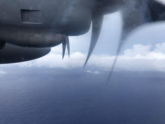 Pesawat USAF terbang di tengah badai