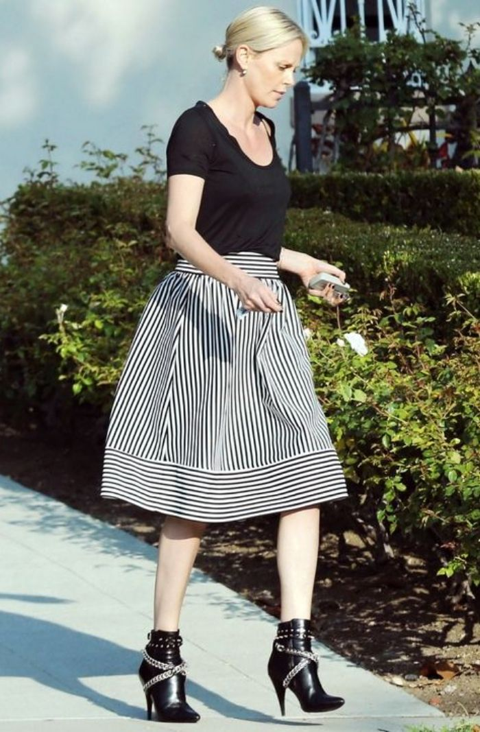 Charlize Theron tampil bergaya monokrom