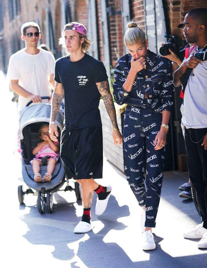 Justin dan Hailey Berjalan beriringan