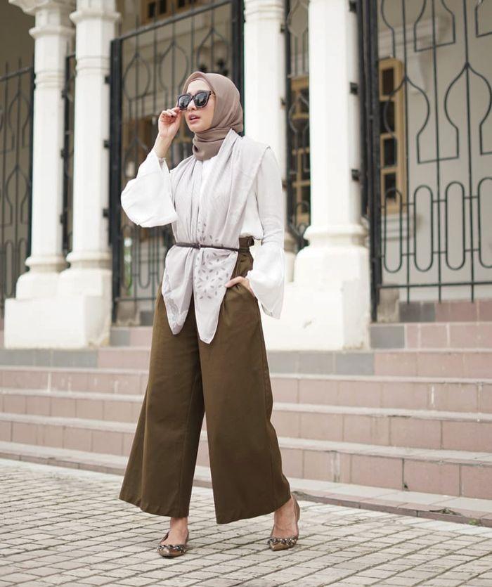 Laudya Cynthia Bella kenakan celana kulot berwarna olive.