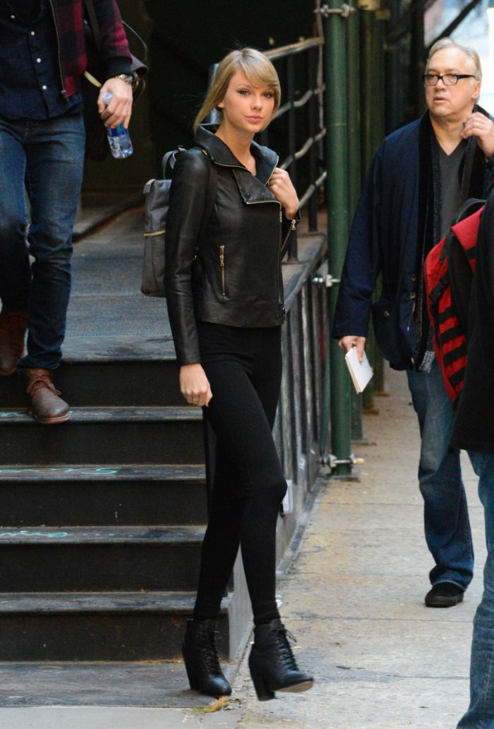 Taylor Swift dengan tas ransel