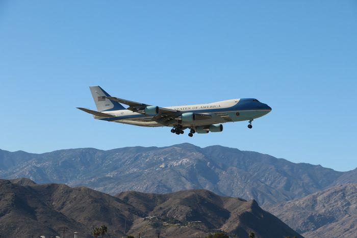 Air Force One terbang melintas Palm Springs, California, USA