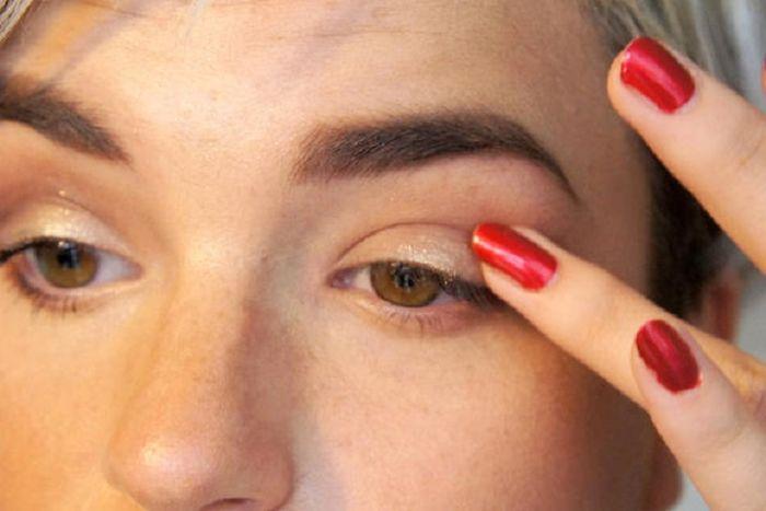 memakai eyeshadow dengan jari manis
