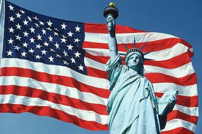 Patung Liberty dan Bendera Amerika Serikat