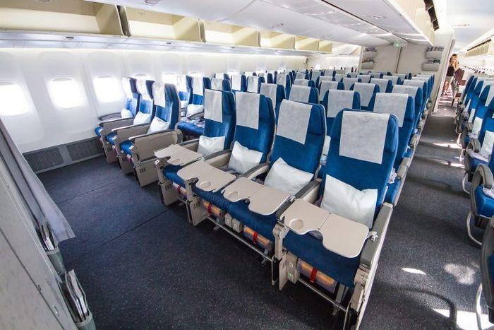 Kabin pesawat Boeing 747-8I kelas ekonomi maskapai Korean Air