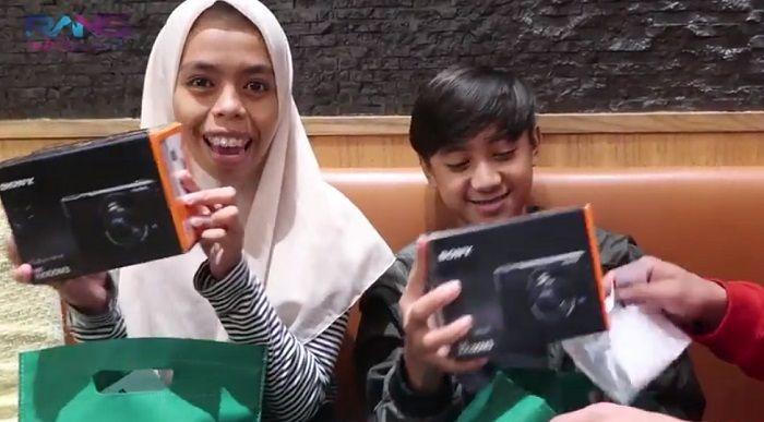 Bowo Alpenliebe dan Nurrani saat diberi hadiah kamera