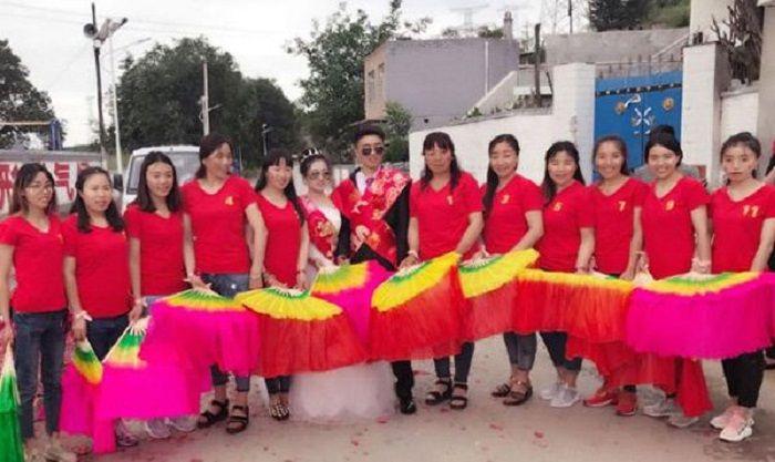 Gao Haozhen bersama istri dan 11 saudara perempuannya