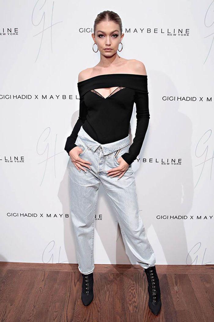 Gigi Hadid tampil edgy dengan sepatu boots