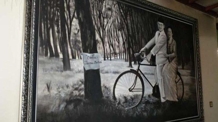 Lukisan BJ Habibie dan Ainun Habibie yang terpajang di ruang tengah