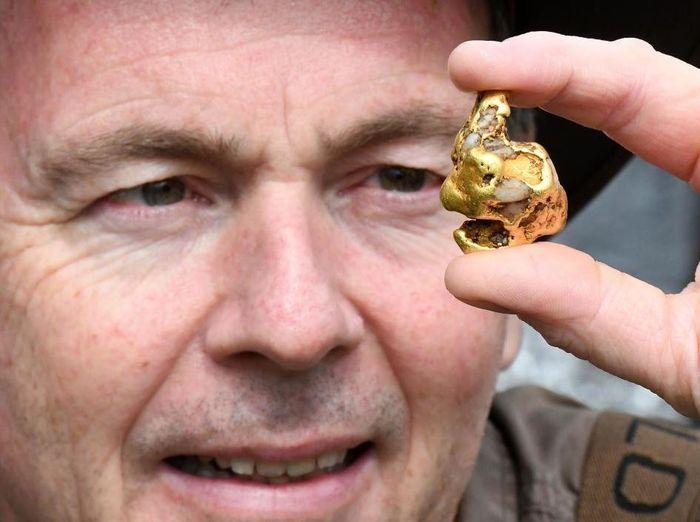 Seorang pria temukan bongkahan emas.