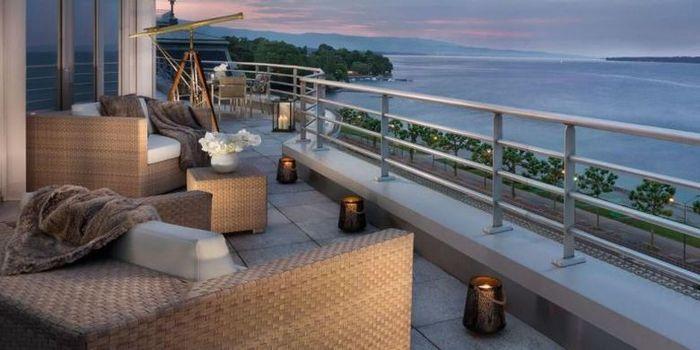 balkon dengan pemandangan Danau dan Gunung Mont Blanc.