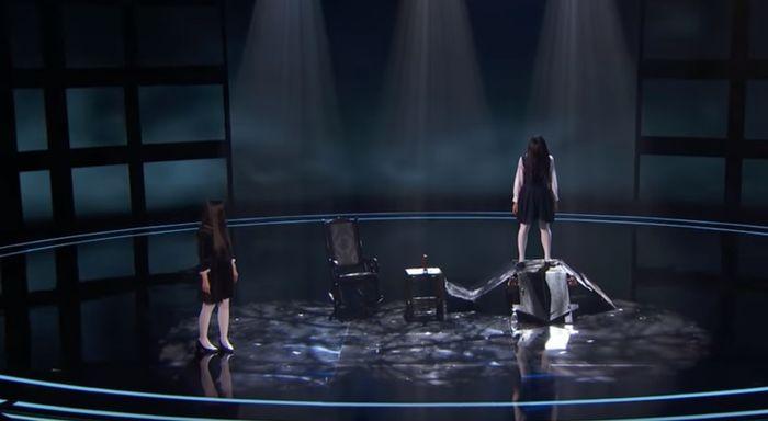 Aksi The Sacred Riana yang bawa teman khayalan ke panggung