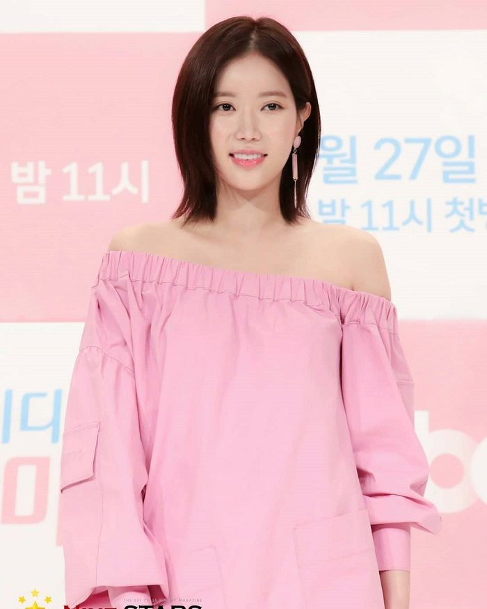 Penampilan Simpel Im Soo Hyang dengan Off Shoulder Dress