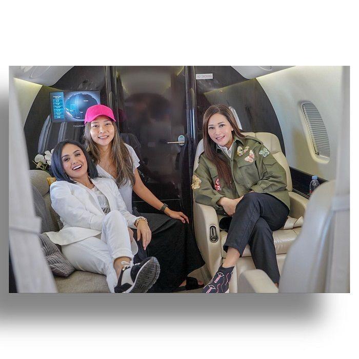 Interior jet bernuansa cokelat dan putih