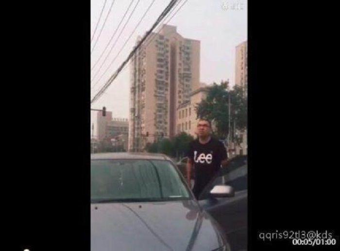 Video pria yang memarahi pengendara sepeda viral di media sosial China.