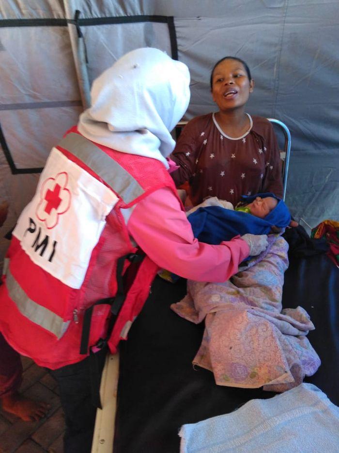 Relawan PMI dan ibu bayi