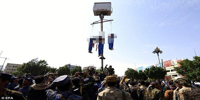 Mayat pelaku digantung di derek