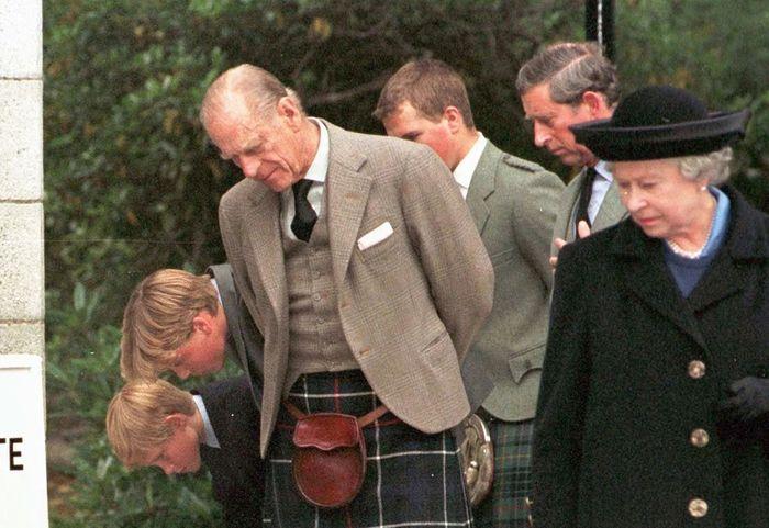 Ratu Elizabeth menunduk saat iring-iringan peti mati Diana melewatinya
