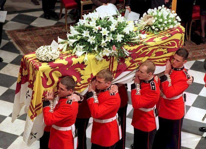 peti mati Diana saat dibawa ke Westminster Abbey