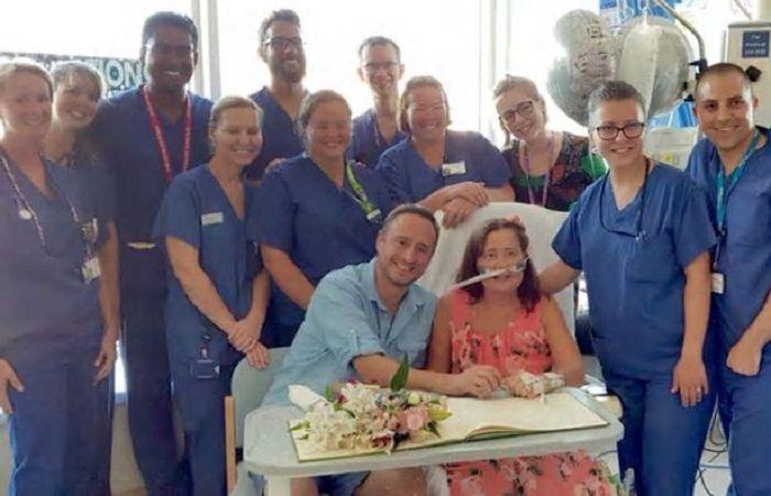 Perawat membantu Linda dan Marcus menikah