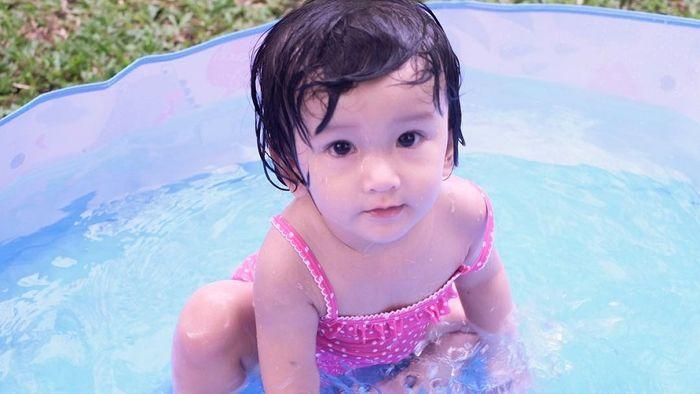 Gemasnya Aksi Putri Rio Dewanto dan Atiqah Hasiholan, Banyak Gaya!