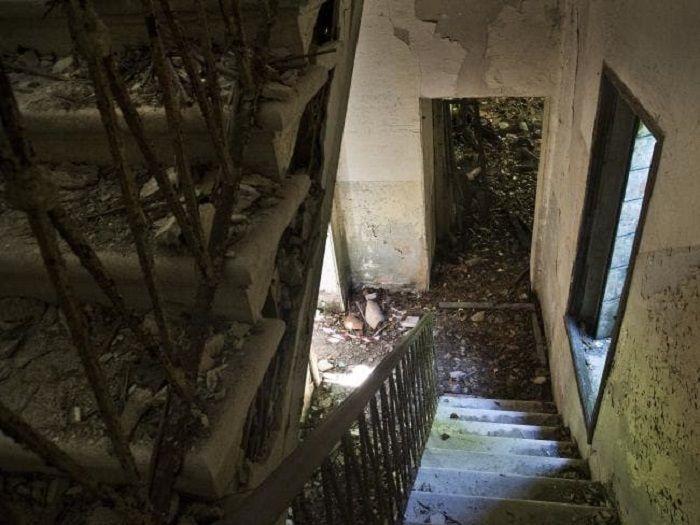 Ruang tangga dengan anak tangga yang masih kokoh berdiri