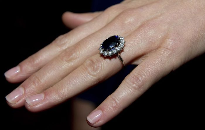 Cincin pertunangan Diana