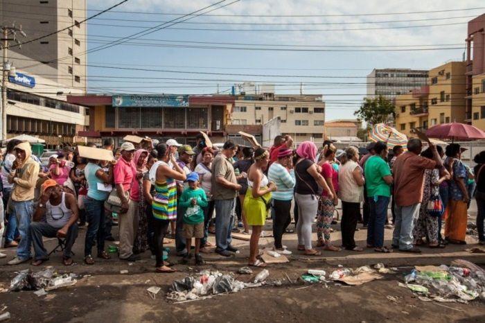 Antrian masyarakat Venezuela untuk mendapatkan sembako murah dampak krismon di negara mereka, pemandangan yang akrab dengan keadaan Indonesia tahun 1998