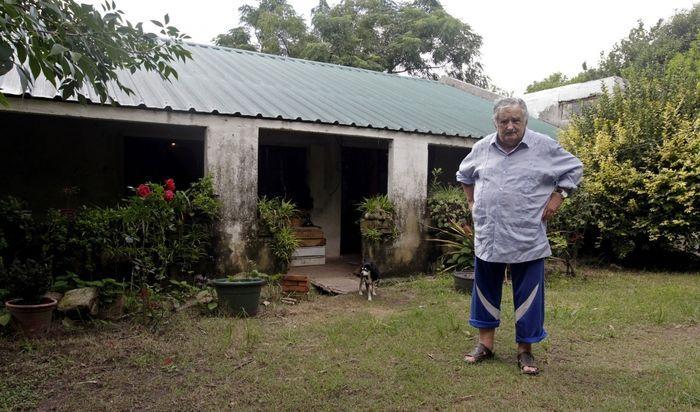 Jose Mujica berpose di depan rumah peternakannya.