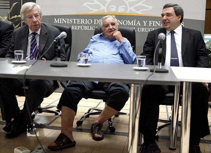 Mujica santai memakai sandal saat melantik menterinya.
