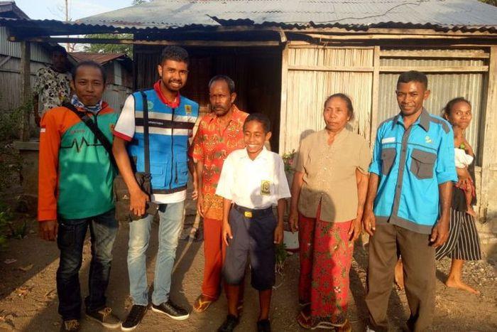 Yohanis dan keluarganya saat menerima kunjungan dari perwakilan PLN, Jumat (17/8/2018).