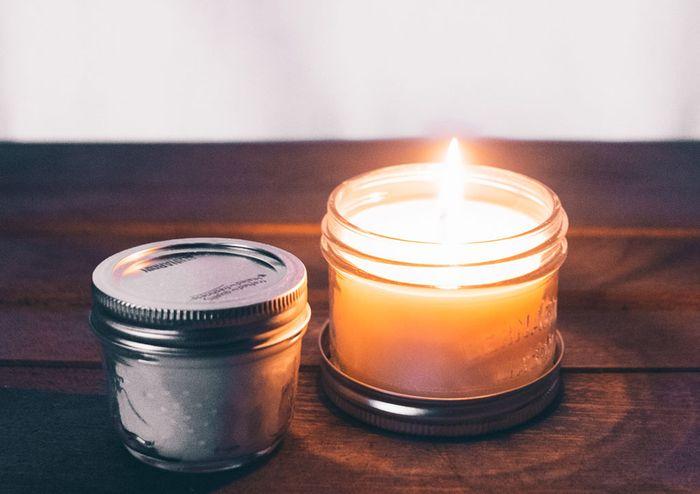 Lilin aromaterapi bekerja dengan baik untuk memengaruhi mood. Selain sebagai pengharum, lilin aromat