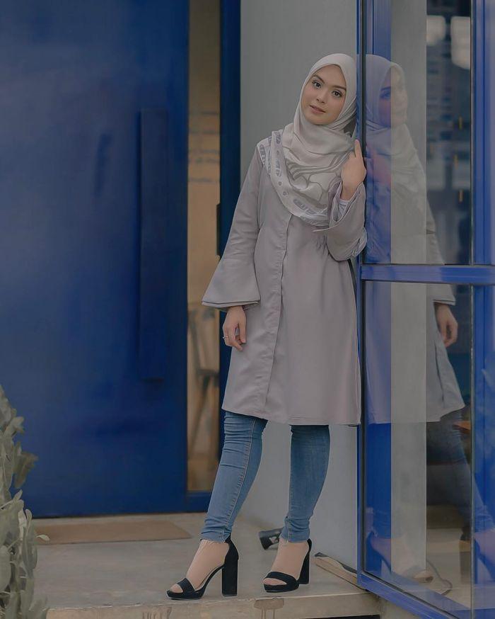 Inspirasi Gaya Busana Muslim Kasual Ala Vebby Palwinta Dengan Paduan Tunik Dan Celana Jeans Semua Halaman Stylo