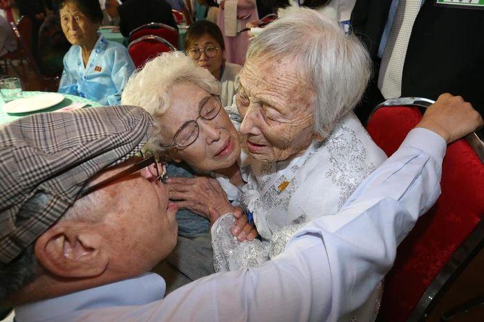 Cho Sun-do (89) dari Korut bertemu adiknya Cho Hye-do (86) dan Cho Do-jae (75) dari Korsel