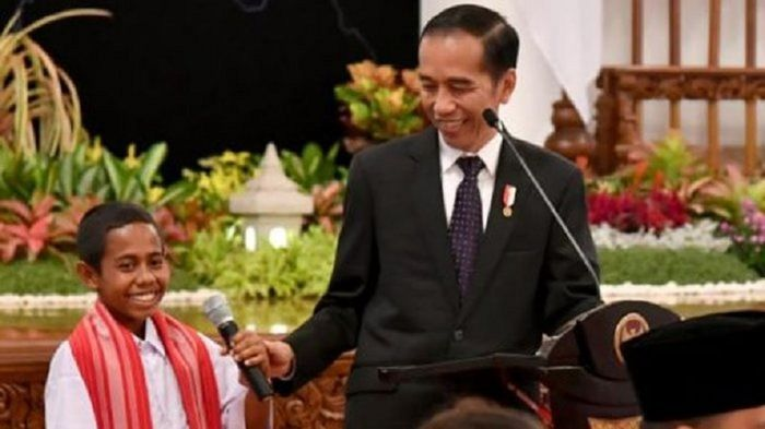 Jokowi Bagi Sepeda Lagi, Kali Ini yang Dapat Joni Bocah Atambua!